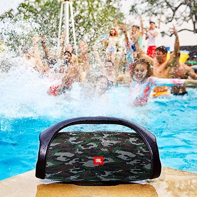 Speaker-JBL-BoomBox-piscina